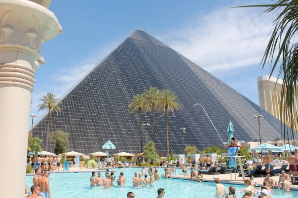 las-vegas-travel-4-luxor-pool