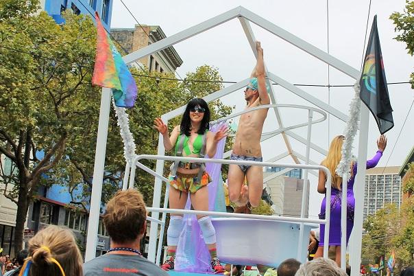 san-francisco-lgbt-pride-2015-10-parade-airbnb
