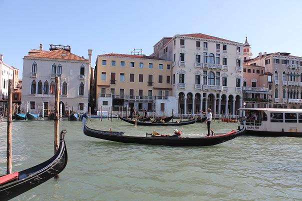 vanice-gondola-canal
