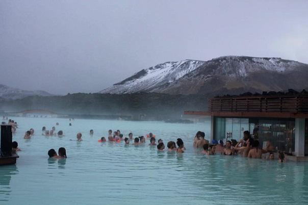 blue-laggon-iceland-swim-up-bar