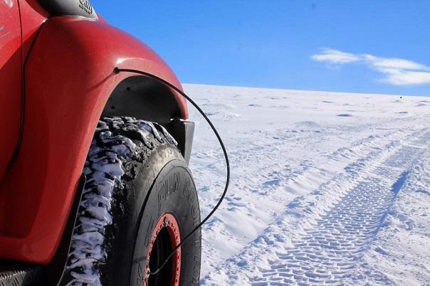 iceland-glacier-driving-super-jeep