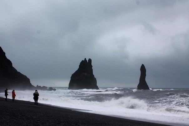 iceland-reynisfjara-black-sand-beach-ocean-rocks